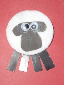 Read more about the article Make a cotton pad sheep badge